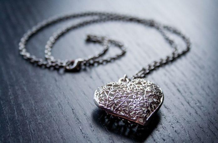 Jak dbać o srebrną biżuterię?